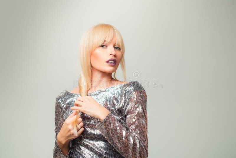 De perfecte vlecht van het Blondemeisje Vrouw met mooi haar op grijze achtergrond Sluit omhoog kapsel met vlecht De zorg van het  stock afbeelding