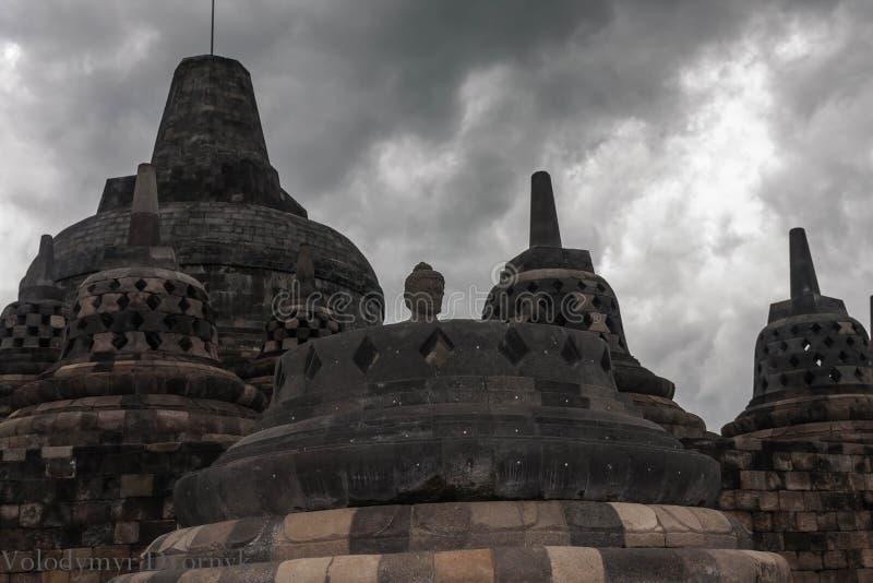 De perforerade dumorna överst på Borobudur Temple, Yogyakarta, Indonesien royaltyfri bild