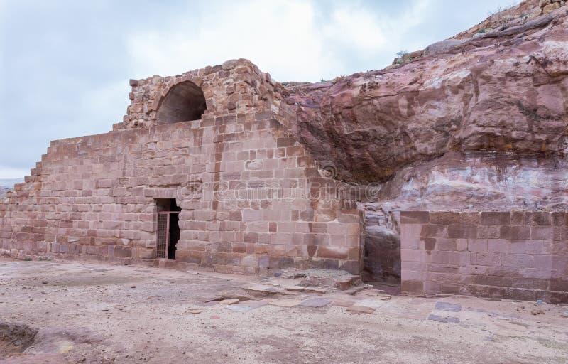 De de Perimetermuur van het Oosten van Roman Temple in Petra Dichtbij Wadi Musa-stad in Jordanië royalty-vrije stock fotografie