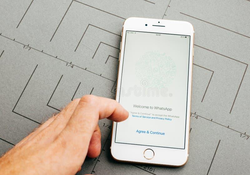 De pers van de Whatsappovereenkomst op iPhone 7 plus toepassingssoftwa royalty-vrije stock fotografie