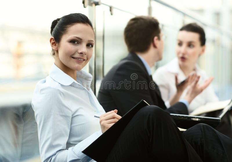 De personen die van het trio bureau spreken stock afbeeldingen