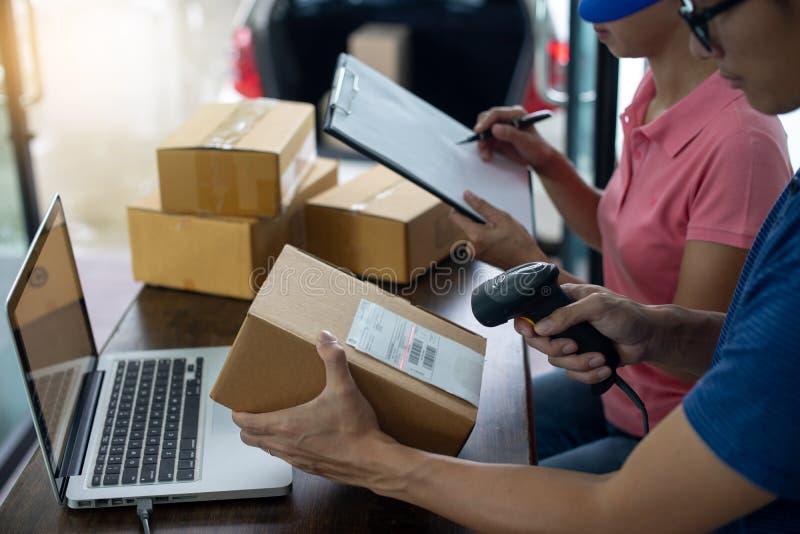 de personnel de travail la livraison ensemble la boîte photographie stock
