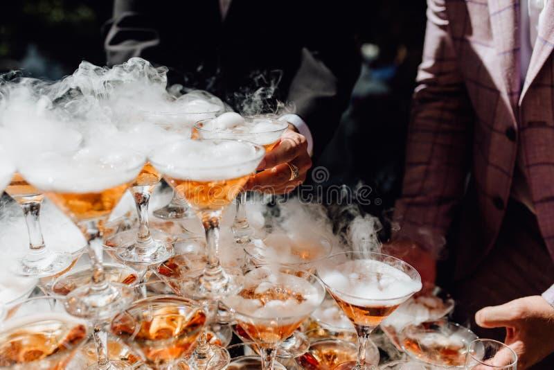 De persoon neemt de Rokende Glazen van de Bellen Alcoholische Drank stock afbeeldingen