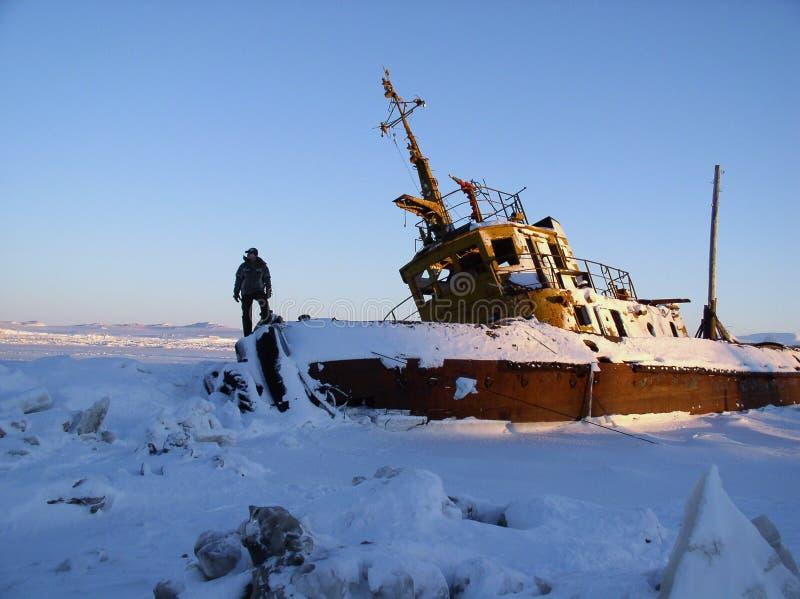 De persoon op het bevroren schip stock fotografie