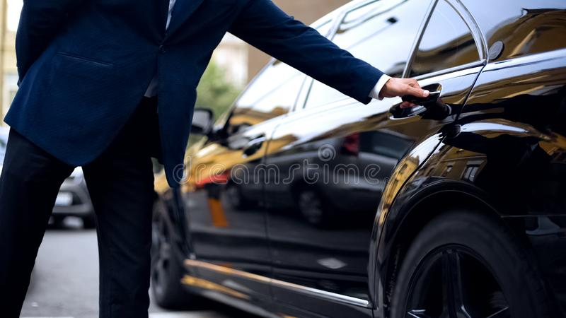 De persoonlijke deur van de bestuurders openingsachterbank in auto voor succesvolle zakenman, de dienst royalty-vrije stock fotografie