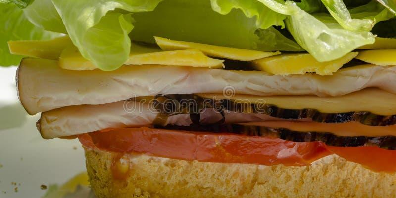 De perto e vista parcial de um sanduíche do supermercado fino imagens de stock royalty free