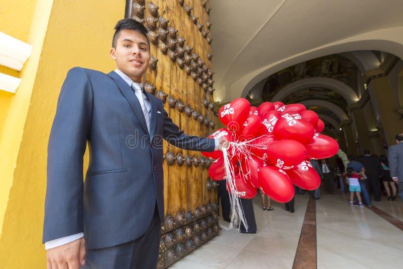 De Peruviaanse ballons van de mensenholding tijdens kerkceremonie, Trujillo royalty-vrije stock foto's