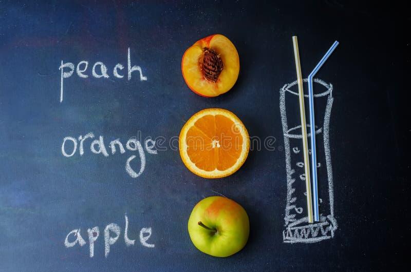 De perzik, sinaasappel, Apple-vruchten met woorden wordt geschreven met krijt royalty-vrije stock foto