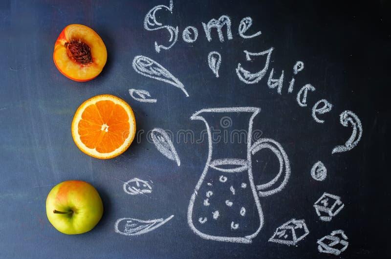 De perzik, sinaasappel, Apple-vruchten met woorden wordt wat sap geschreven verstand royalty-vrije stock afbeelding