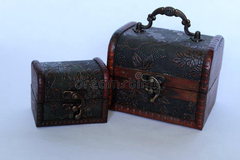 De petits coffres au trésor au rétro style de pirates en bois photographie stock libre de droits