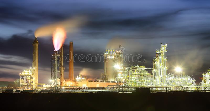 De petrochemische olieindustrie op nacht, Fabriek royalty-vrije stock foto's