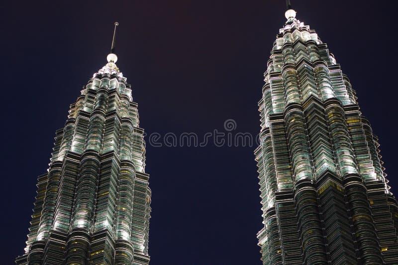 De Petronas-Torens bij nacht stock afbeelding