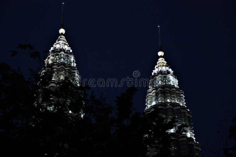 De Petronas-Torens bij nacht, langste tweelingtorens in de wereld in Kuala Lumpur Malaysia royalty-vrije stock afbeelding