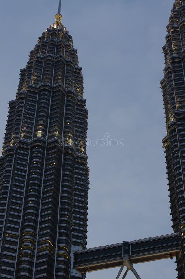 De Petronas-Torens in de avond royalty-vrije stock afbeelding
