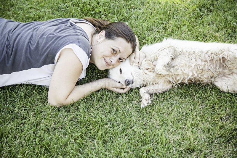 De petting hond van de vrouw royalty-vrije stock afbeelding