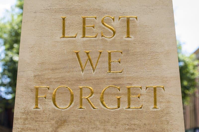 De peur que nous oubliions sur un mémorial de guerre photographie stock