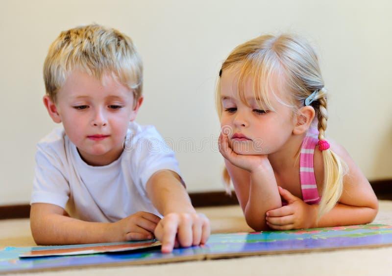De peuter kinderen van de boeklezing royalty-vrije stock foto's
