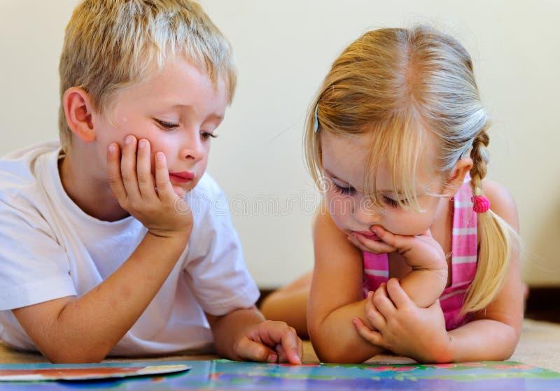 De peuter kinderen van de boeklezing royalty-vrije stock afbeeldingen