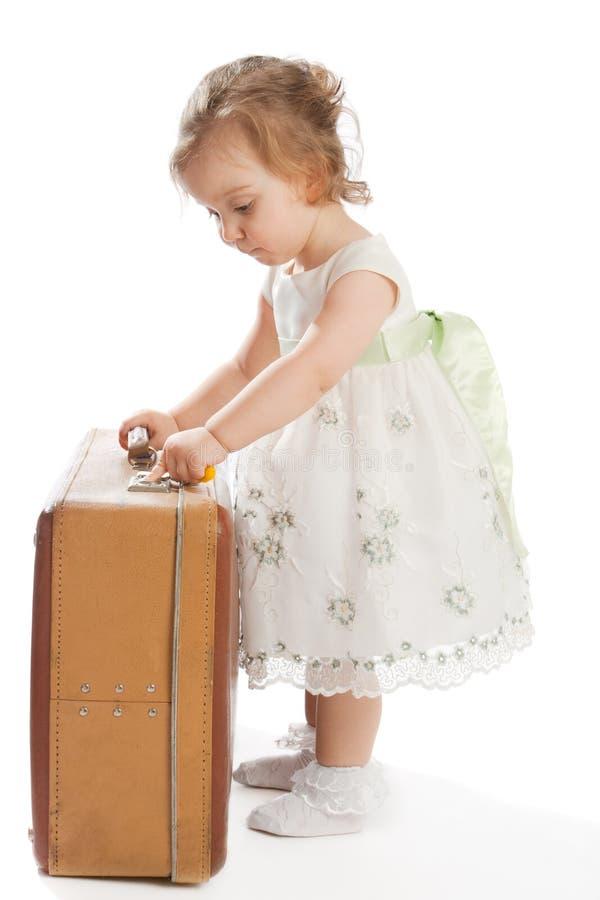 De peuter opent koffer stock foto's