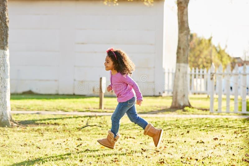 De peuter van het jong geitjemeisje het speel lopen in park openlucht stock fotografie