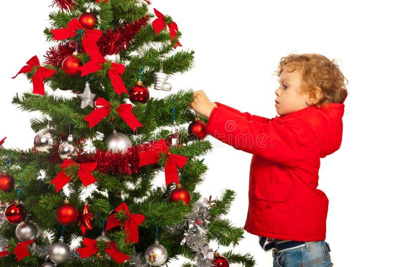 De peuterjongen verfraait Kerstboom royalty-vrije stock foto's