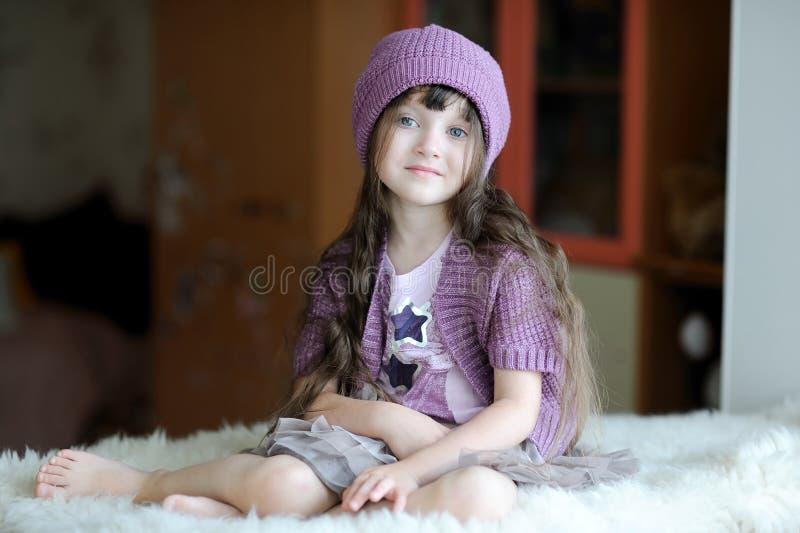 De peutermeisje van Nice in purpere hoed stock afbeelding