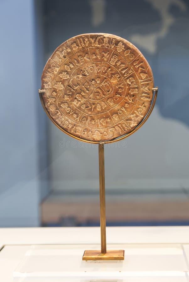 De Phaistosschijf is een schijf van in brand gestoken klei van het Minoan-paleis van Phaistos, het Archeologische Museum van Hera royalty-vrije stock foto's