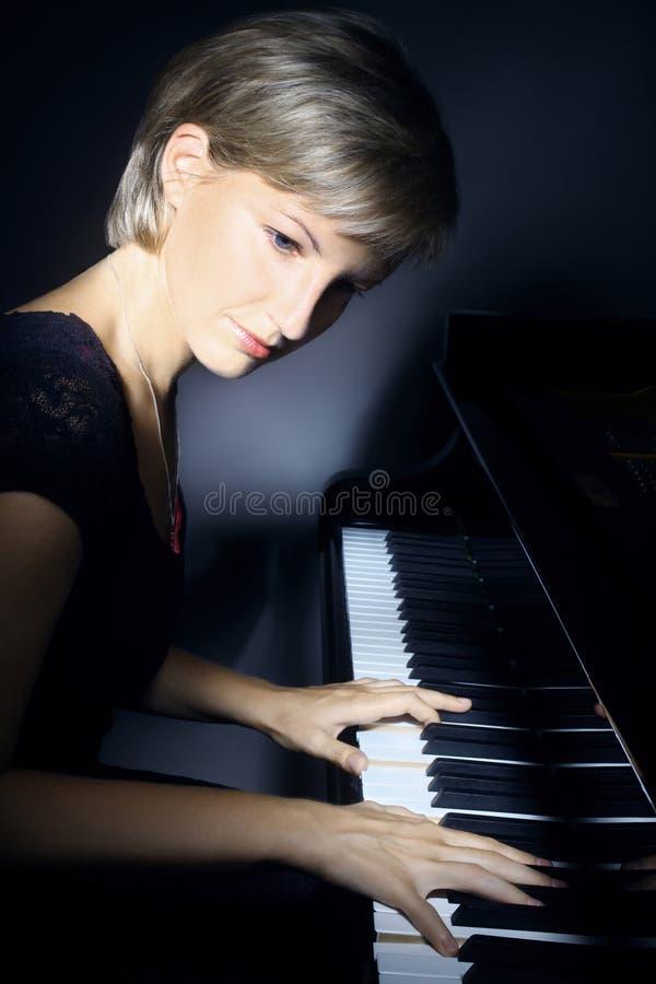 De pianist van de pianospeler stock afbeelding