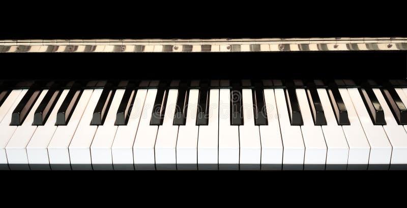 De piano sluit dicht omhoog met zwart-wit toetsenbord stock foto