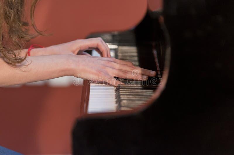 De piano van meisjesspelen royalty-vrije stock afbeelding