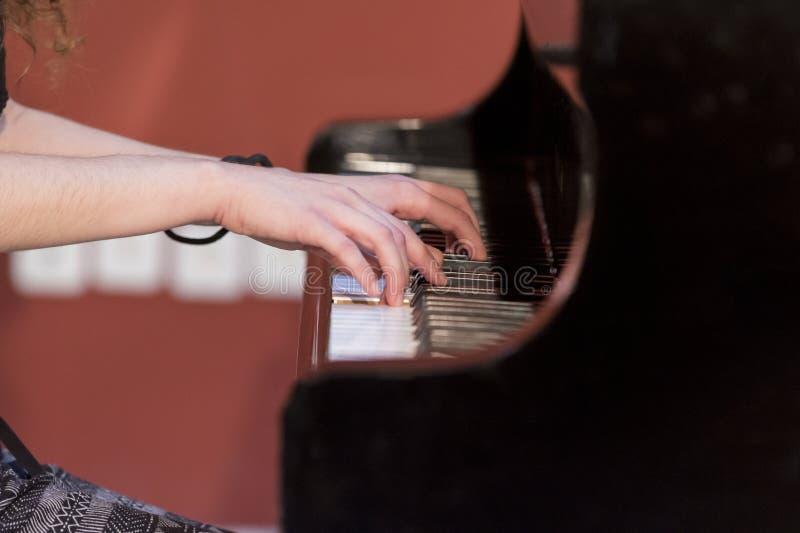 De piano van meisjesspelen royalty-vrije stock foto's