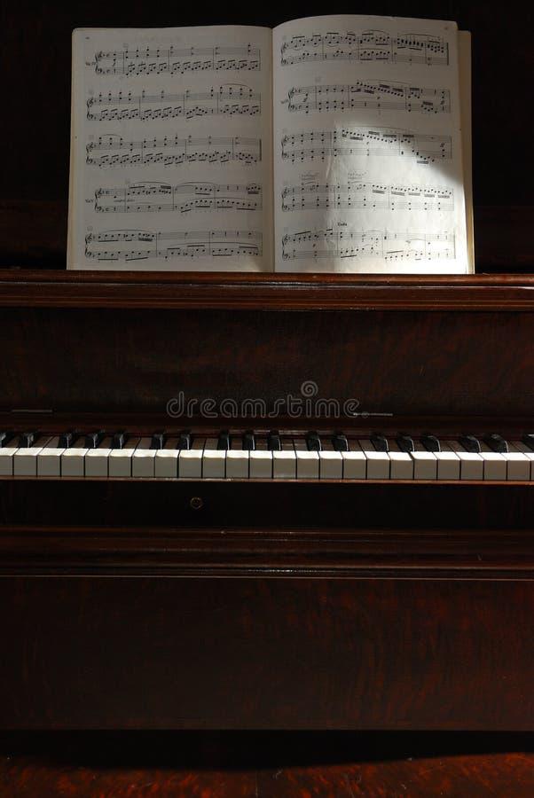 De piano van Sidelit met muziek. stock afbeeldingen