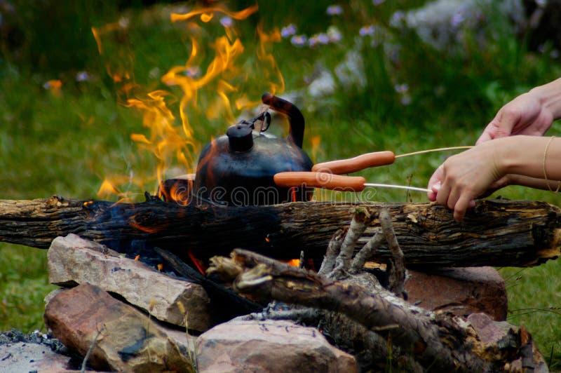De picknick van het kampvuur stock foto