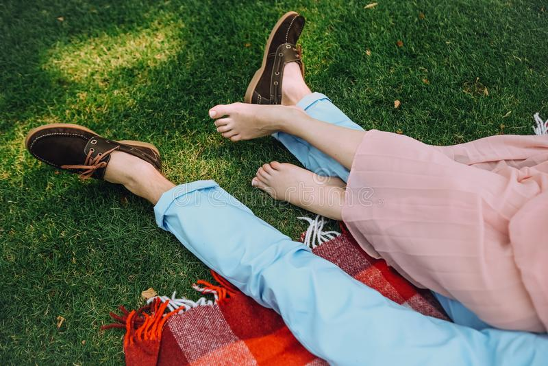 De picknick van het de Liefdepaar van het levensstijlconcept samen liggend stock foto