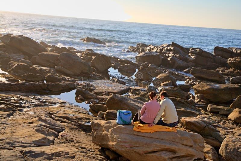 De picknick van het paar op het strand stock afbeelding