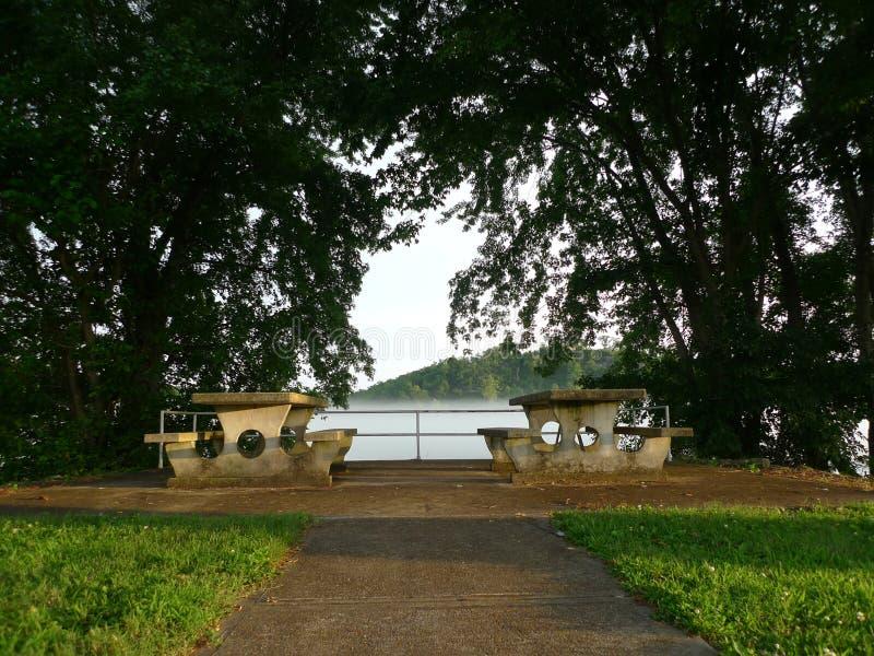 De Picknicklijsten van zuidwestenmissouri in park dichtbij een meer royalty-vrije stock foto's