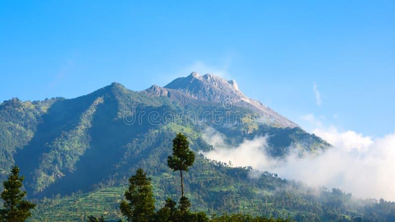 De piek die van Volcano In Indonesia, as en gebrand landschap van recente uitbarsting tonen royalty-vrije stock fotografie