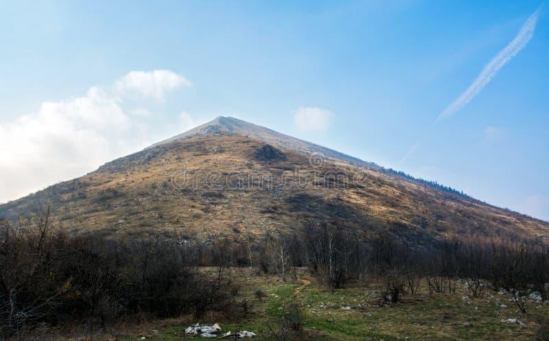De piek van de Rtanjberg in Servië beroemd voor piramidale vorm stock foto's