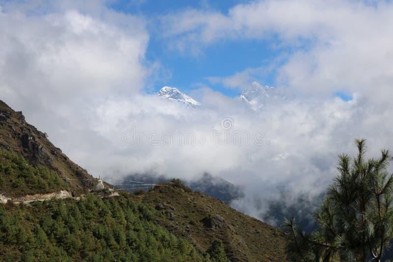 De Piek van de Lhotsesneeuw is ten vierde hoogste berg in de wereld met wolk royalty-vrije stock afbeeldingen