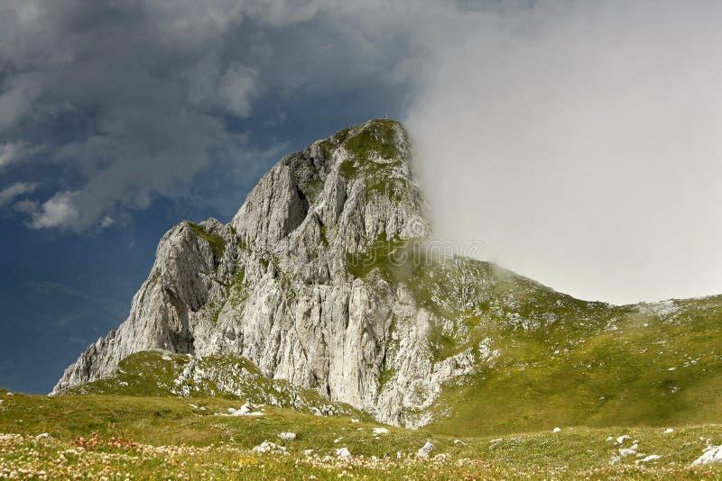 De piek van Maglic (2386m), de hoogste piek in Bosnia stock afbeeldingen