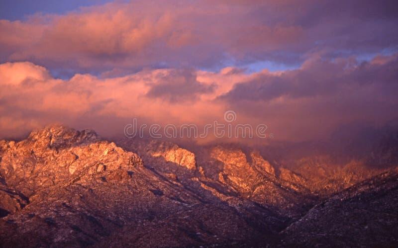 De Piek van Sandia in Wolken bij Zonsondergang stock afbeeldingen