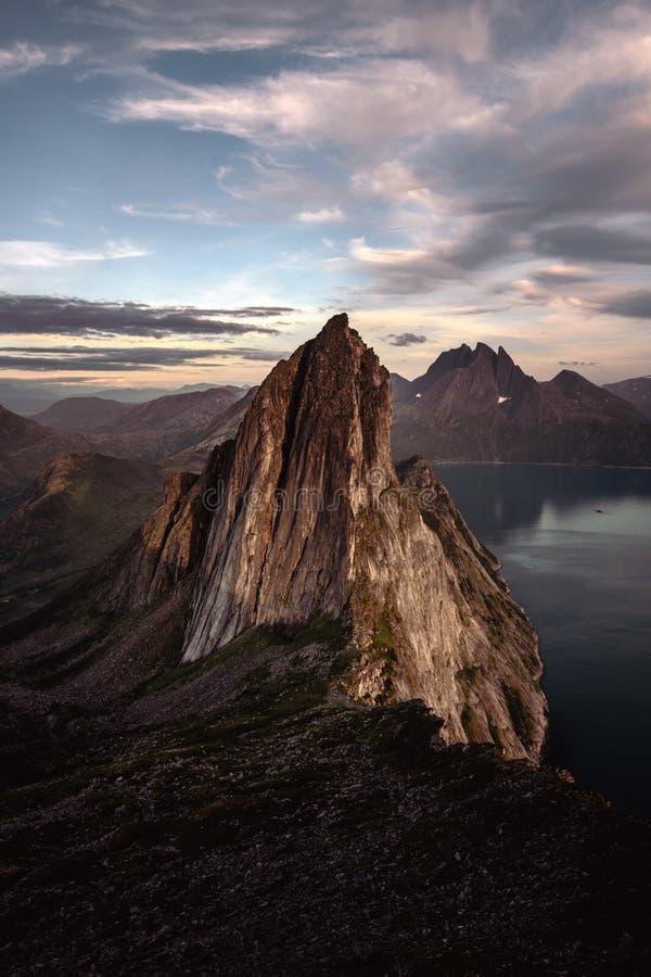 De piek van de Seglaberg bij zonsondergang stock foto's