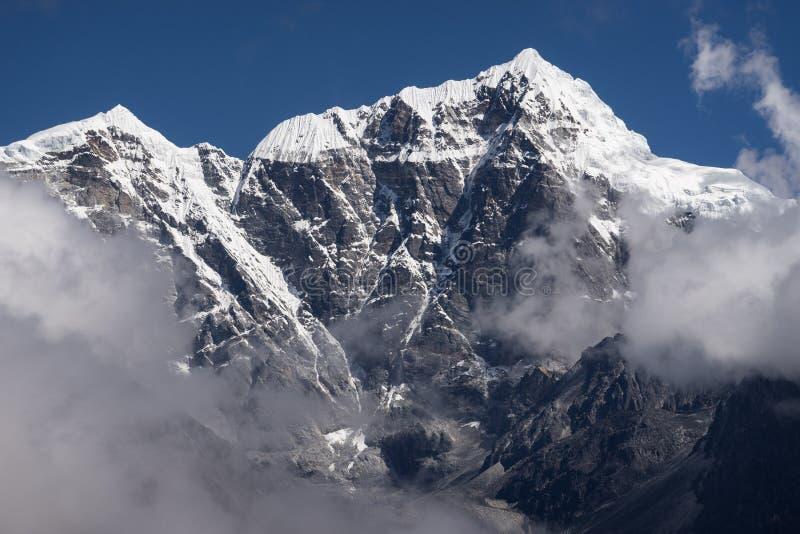 De piek van de Tabocheberg boven de wolken, Everest-gebied, Nepal stock fotografie