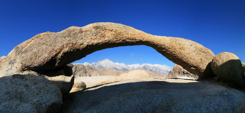 De pieken van de berg door boog royalty-vrije stock fotografie