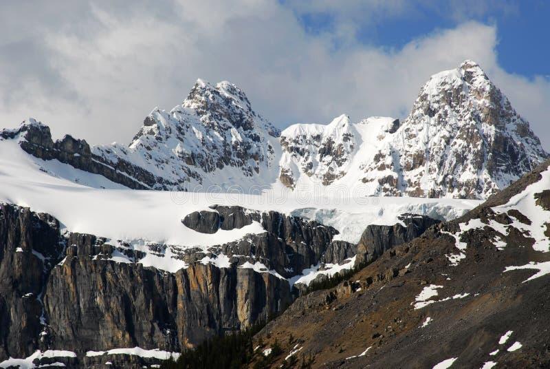 De pieken van de de sneeuwberg van de lente stock foto