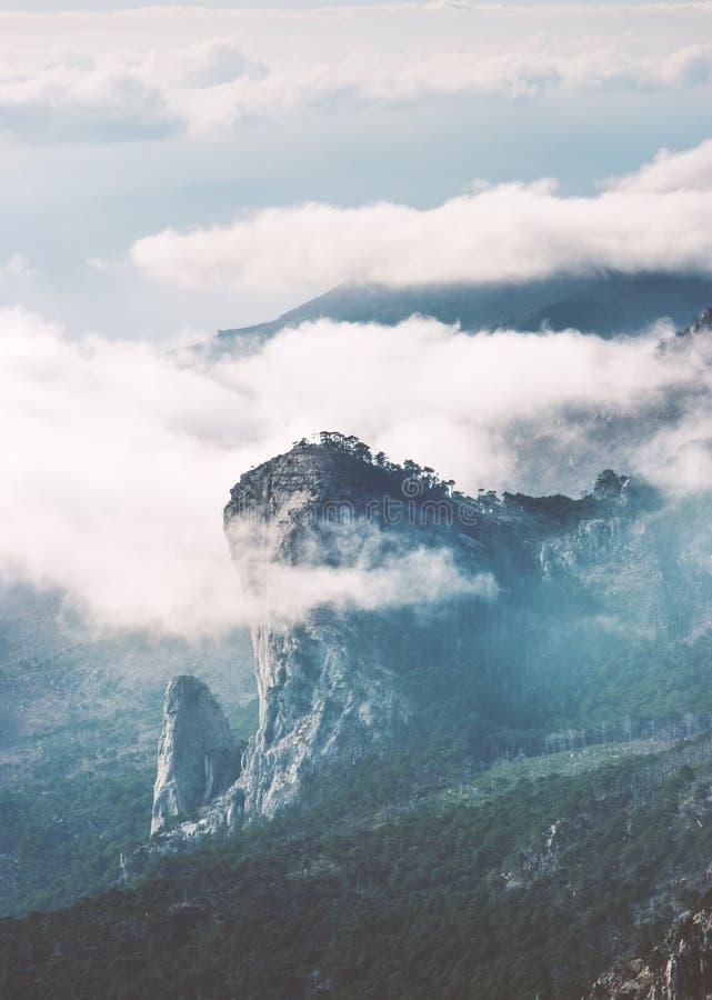 De piekklip van Rocky Mountains en wolken mistig Landschap royalty-vrije stock afbeelding