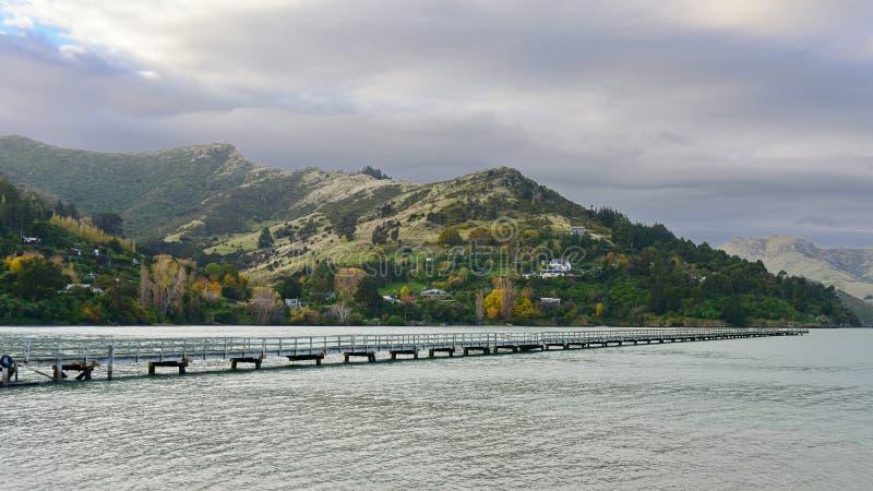 De pier en de Havenheuvels van de gouverneursbaai op de achtergrond in Christchurch royalty-vrije stock afbeeldingen