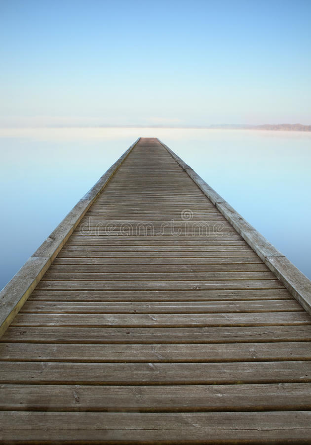 De pier van Zen op nevelig meer royalty-vrije stock foto's