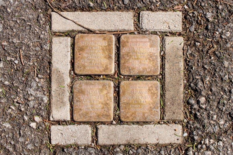 ` De pierres de trébuchement de ` de Stolperstein sur Kapuzinerberg à Salzbourg Stefan Zweig auteur autrichien de commémoration e images stock