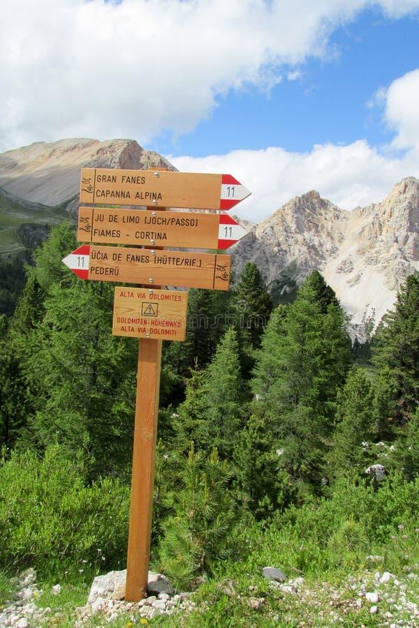 De pijl van de richtingsindicator voor Alta via DE Dolomites stock foto's